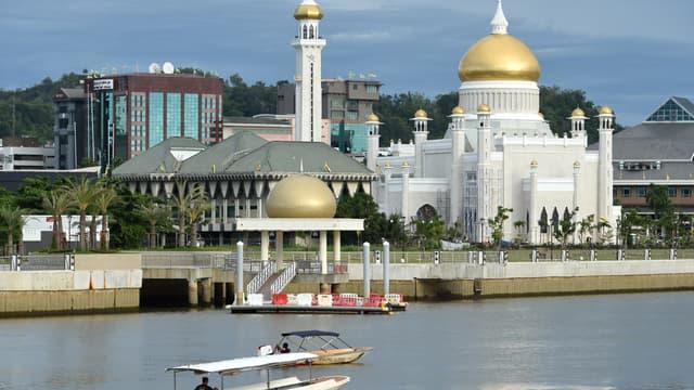 Photo de la mosquée Omar Ali Saifuddin à Bandar Seri Begawan, capitale du Brunei, prise le 4 octobre 2017.