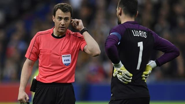 L'arbitre de France-Espagne demande la vidéo