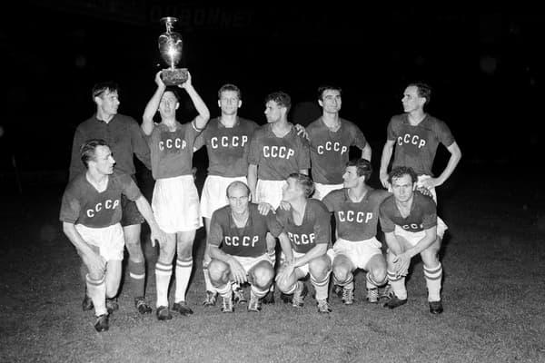 L'équipe d'URSS avec le trophée Henri-Delaunay après avoir remporté l'Euro 1960