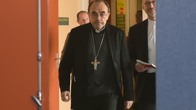 Des victimes d'une prêtre du diocèse de Lyon reproche au cardinal Barbarin de ne pas avoir dénoncé les faits.