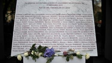 Une plaque commémorative érigée en mémoire des victimes de l'attentat contre le Bataclan, dévoilée à Paris, le 13 novembre 2017