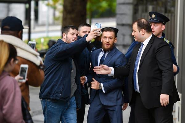Un selfie sur la route du tribunal à Dublin, en novembre 2019, symbole d'un Conor McGregor critiqué dans son pays en raison de ses frasques mais toujours soutenu aussi