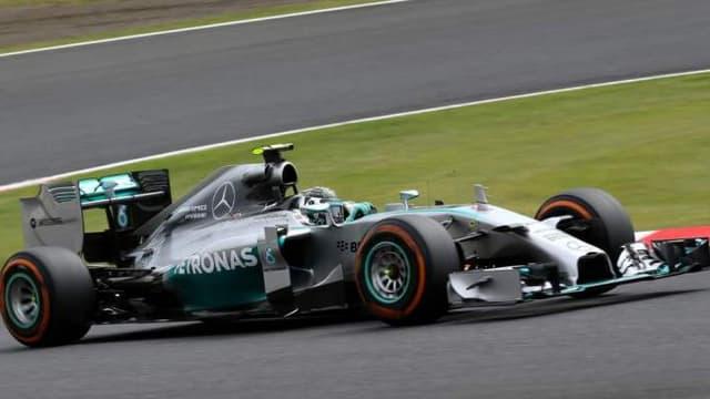 Les équipes comme Mercedes, ici en photo avec la monoplace de Lewis Hamilton ont des marges de manoeuvre financières plus importantes que la grande majorité des autres équipes