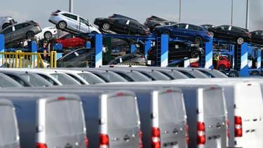 D'abord réalisées au compte-gouttes pour les soignants, les livraisons à domicile se mettent progressivement en place pour écouler les stocks de véhicules en concession. Avec des procédures de sécurité draconiennes.