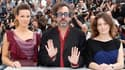 Tim Burton, le président du jury du 63e Festival de Cannes, en compagnie de deux des membres de son jury, les actrices Kate Beckinsale (à gauche) et Giovanna Mezzogiorno. Le cinéaste américain veut être surpris par les films qui lui seront présentés, qu'i