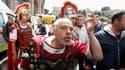 """Les touristes ont assisté à une scène insolite devant le Colisée à Rome : des centurions romains affrontant des policiers municipaux. La police est intervenue pour faire appliquer un décret municipal interdisant aux modernes """"centurions"""" de se faire photo"""