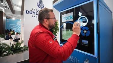 Lorsqu'un voyageur insère une bouteille en plastique vide dans l'automate, la machine scanne la bouteille pour en déterminer la taille et déterminer le montant à créditer sur le carte de transport.