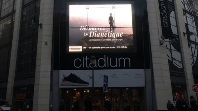 """Bien que diffusée sur l'écran géant à l'entrée du magasin de sport parisien Citadium, cette publicité vantant la """"puissance de la pensée sur le corps"""" aurait pu passer inaperçue"""