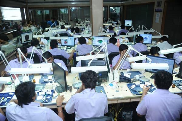 Une usine de taille de diamant du groupe Bluestar à Surate.