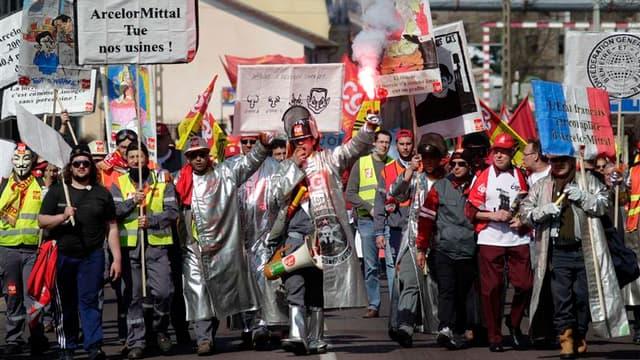 Plus d'un millier de salariés de la métallurgie, dont les sidérurgistes de plusieurs sites d'ArcelorMittal, ont manifesté à Florange (Moselle), dans le cadre d'une journée d'action organisée par la CGT mais rejointe localement par FO et la CFDT, a constat