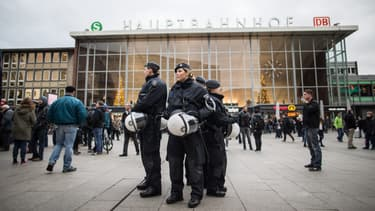 Des policiers devant la gare de Cologne, le 6 janvier, où ont eu lieu plusieurs agressions sexuelles le soir de la Saint-Sylvestre.