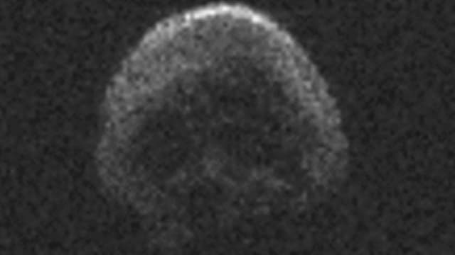 La comète morte qui passera près de la Terre le 31 octobre 2015.