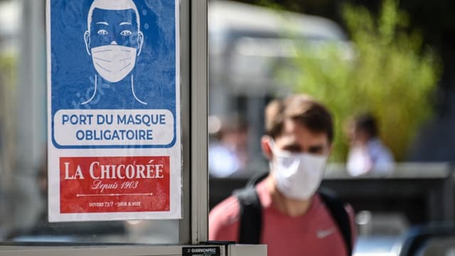 """Un écriteau """"Port du masque obligatoire"""" à Lille le 20 juillet 2020."""