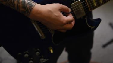 Pour le groupe Viol, interdit de se produire dans une salle parisienne, leur chanson n'est qu'un clin d'oeil à la musique punk...
