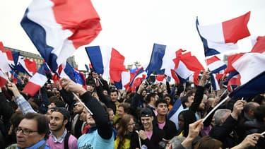 Des supporters d'Emmanuel Macron sur l'esplanade du Louvre le 7 mai 2017
