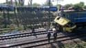 Trente-sept personnes au moins ont trouvé la mort et 12 ont été blessées dans la collision entre un bus et un train de marchandises dans la la région de Dnipropetrovsk, dans l'est de l'Ukraine. REUTERS/Service de presse du ministère des Situations d'urgen