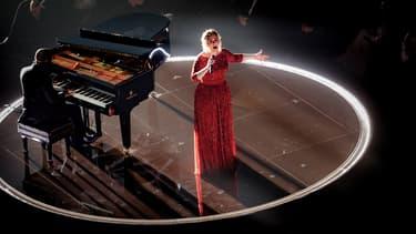 Adèle sur la scène des Grammy Awards le 15 février 2016