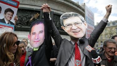 des manifestants arborant des masques à l'effigie de benoït Hamon et Jean-Luc Mélenchon en 2017.