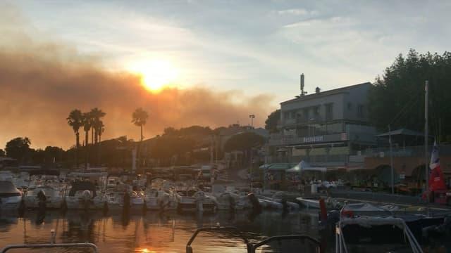 La fumée de l'incendie visible depuis Saint-Cyr-sur-Mer, dans le département voisin du Var.