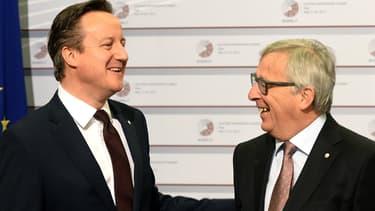 Le Premier ministre britannique David Cameron, et le président de la Commission européenne Jean-Claude Junker, le 22 mai, à Riga, en Lettonie.