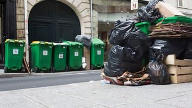 Les trottoirs parisiens voient les déchets s'amonceler.