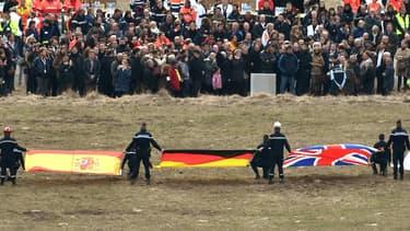 Les familles des victimes se recueillent devant la stèle érigée en leur mémoire à la Seyne-sur-Mer.