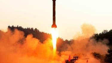 Photo fournie le 30 mai 2017 par l'agence officielle nord-coréenne Kcna d'un tir de missile balistique nord-coréen dans un lieu non précisé