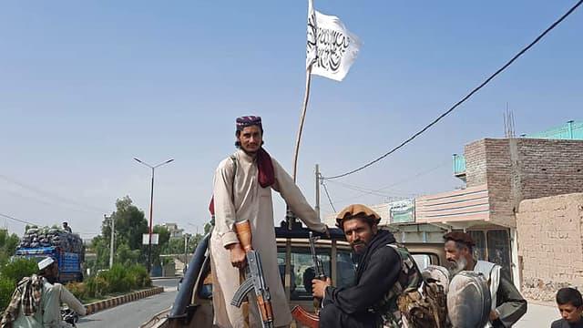 Des Talibans dans les rues de la province de Laghman en Afghanistan, le 15 août 2021.