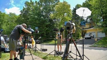 Des journalistes devant la maison de la juge fédérale Esther Salas, le 20 juillet 2020 à North Brunswick (New Jersey)