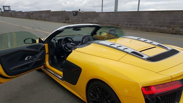 Bien que jaune, cette R8 Spyder était là porte ouverte, prête à partir sur le circuit. Alors on n'a pas trop hésité!