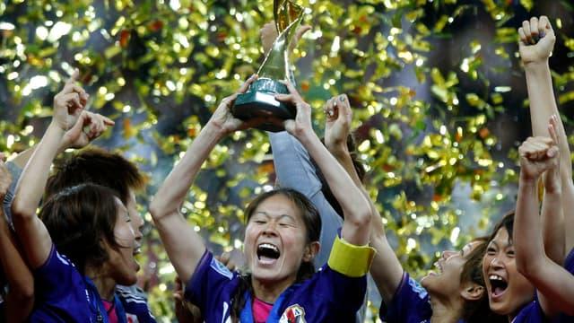 La Japonaise Homare Sawa, qui a inscrit le but de l'égalisation en prolongations, lève la Coupe du monde pour la première fois de l'histoire de son pays.