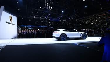 Porsche présente à Genève la Mission E Cross Turismo, un concept de break de chasse ou de crossover 100% électrique.