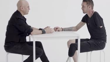 Pascal Obispo et Nicolas Lacambre dans le clip On n'est pas seul sur la Terre