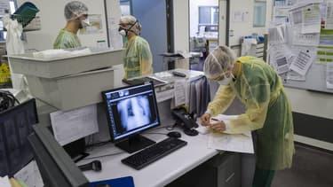 Le personnel médical au sein de l'unité Covid de l'hôpital Louis Pasteur de Colmar le 26 mars 2020.