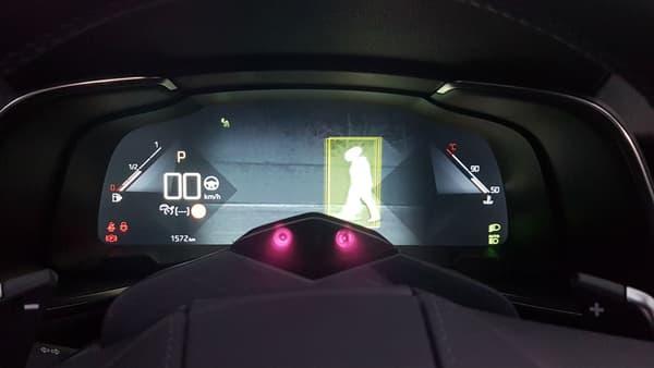 """Le mode """"night vision"""" active une caméra infrarouge sur l'écran des compteurs. Pendant ce temps, deux yeux surveillent le conducteur guettant le moindre signe de fatigue"""