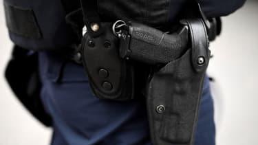 Un policier portant son arme à la ceinture (image d'illustration)