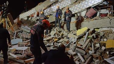 Les secours cherchent des victimes sous les décombres d'un immeuble, après le séisme qui a frappé la ville d'Elazig en Turquie, le 24 janvier 2020