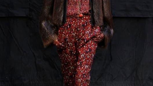 Hermès a présenté dimanche une collection hivernale à l'élégance intemporelle, sobre et retenue, où le styliste Christophe Lemaire a proposé un vestiaire sans ostentatoire: peu d'accessoires mais une maîtrise de la coupe qui vient mettre en valeur les mat