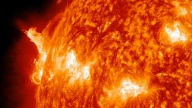 Les éruptions solaires consistent en la projection de plasma ionisé par le Soleil.