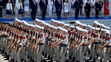 Le président Emmanuel Macron et son épouse en train d'assister au défilé du 14-Juillet 2018 à Paris.