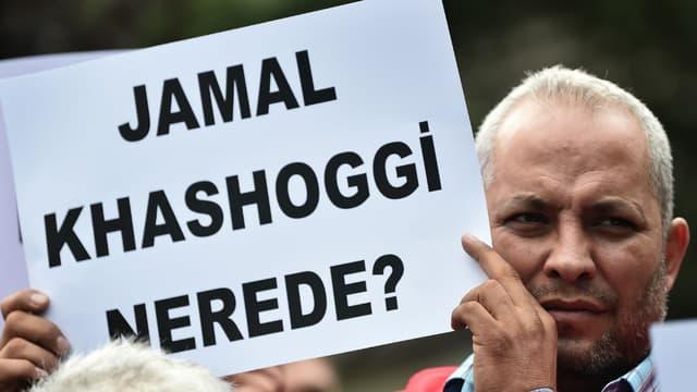 """""""Où est Jamal Khashoggi?"""", peut-on lire sur cette pancarte tenue par un homme en face du consulat d'Arabie saoudite à Istanbul, le 9 octobre 2018."""