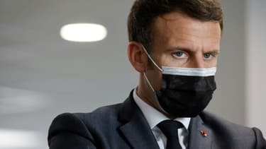 Le président français Emmanuel Macron, lors d'une visite dans un centre d'appel de la Sécurité sociale lié au virus Covid-19, le 29 mars 2021, à Créteil près de Paris