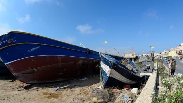Des bateaux utilisés par des migrants dans le port de Lampedusa.