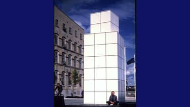 Jean-Pierre Raynaud pose devant son oeuvre peu après son installation, à Québec.