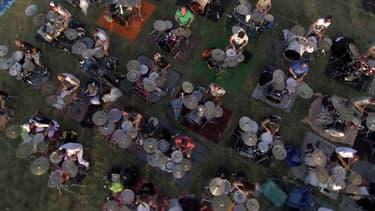 Près de 1.000 musiciens ont repris, ensemble, un morceau des Foo Fighters dans l'espoir de faire venir leur groupe favori dans leur région.