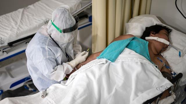 Un soignant s'occupe d'un malade atteint du Covid-19, le 21 juillet 2020 à Mexico.