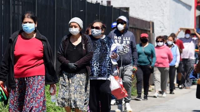 Des Américains faisant la queue pour accéder à un centre de distribution d'urgence de nourritures à Los Angeles le 14 avril 2020.