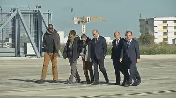 Les quatre ex-otages sur le tarmac de Villacoublay avec François Hollande, Laurent Fabius et Jean-Yves Le Drian.