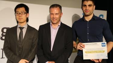 Jiefei Wei (à g.) et Rawand Hawiz (à dr.) représentaient l'équipe Breadcrumb avec leur coach (un représentant d'Atos au centre) lors de la cérémonie de remise de prix de l'IT Challenge le 14 juin 2016 à Paris. Ils entouraient leur coach John Hall, Head of Strategy and Portfolio chez Atos Royaume Uni.