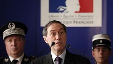 """Le nouveau ministre de l'Intérieur, Claude Guéant, ici lors d'une conférence à Nice, a annoncé, dans une interview au journal Le Monde, le retour à une présence policière """"plus visible"""" en France pour améliorer la relation entre les forces de l'ordre et l"""